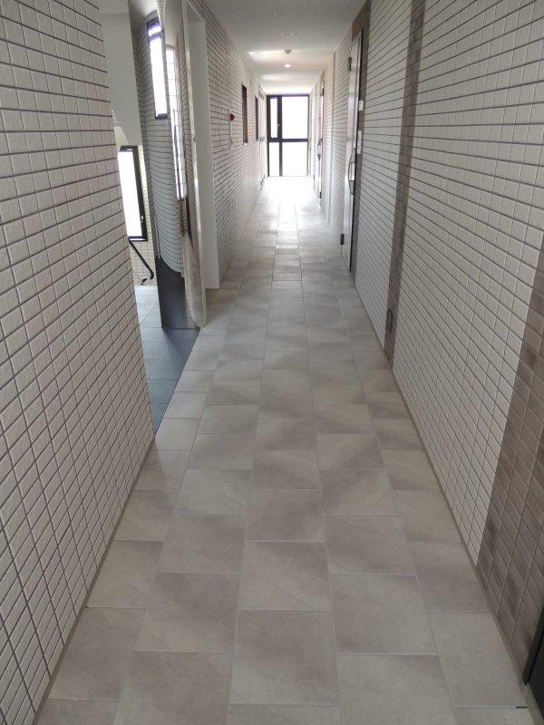 内廊下にタイル
