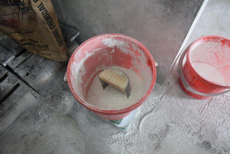 柄となる釉薬部分。大理石の粉、色粉、セメント等