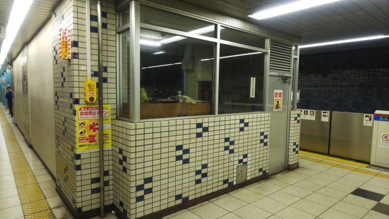 コンコース上の放送室